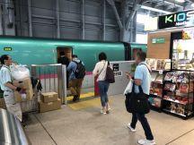 新青森駅で職場お土産を大人の休日倶楽部パス1割引で購入、始発新幹線はやぶさ4号東京行きに乗車