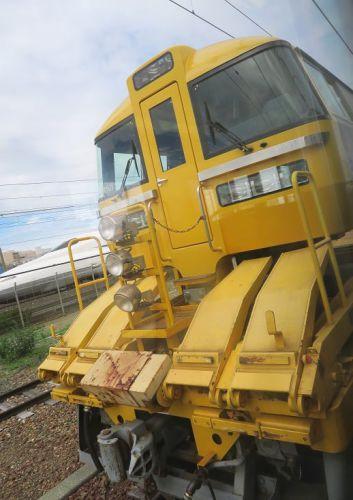 東海道本線は新居町駅に停車中の「ロンキヤ」とN700系新幹線(2019年7月)