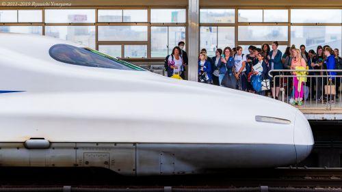 年々新幹線ホームに数を増す「インバウンド」旅行者