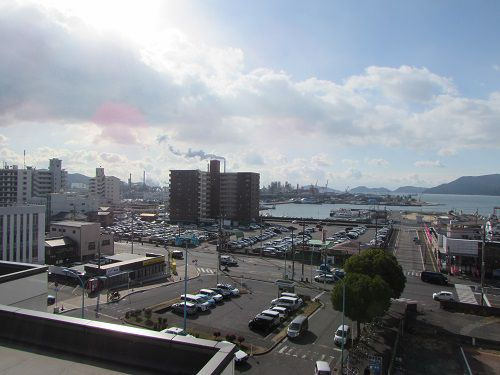 瀬戸内海へ向けて開けた、JR徳山駅南口。 【2018年12月 山口県周南市】