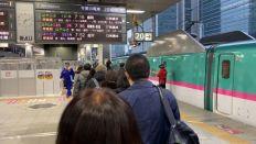東京駅で始発新幹線はやぶさ101号盛岡行きにお乗り換え