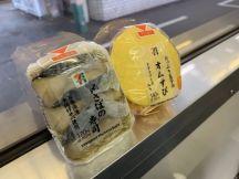 早くもおなか空いてきたので(^◇^;)、津山線津山行き車中で、まだ岡山駅出てませんが朝京都駅のセブンイレブンで買ったおにぎり2個食べてます