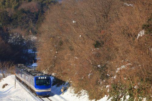 因美線の雪晴れの小峠を進む智頭急行鉄道HOT7000系特急「スーパーはくと」他(国英~河原)