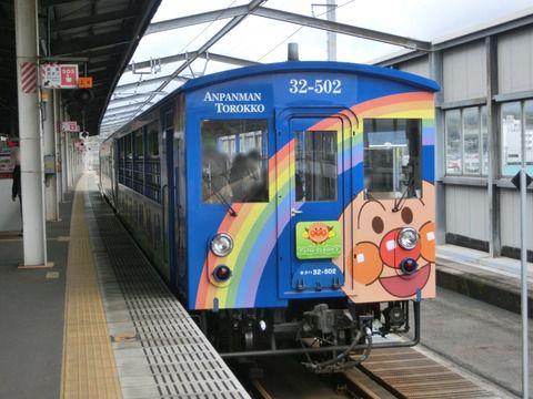 児島駅 「瀬戸大橋アンパンマントロッコ」 車両の新旧比較